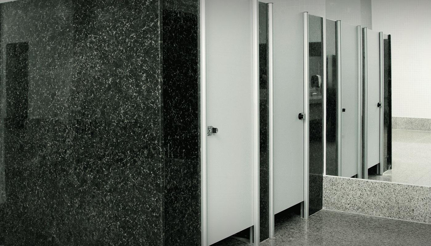 <table><tr><td>Utilização</td><td>Sanitários e vestiários com divisórias de mármore, granito, alvenaria, drywall e outros</td></tr><tr><td>Material</td><td>Painel monolítico de alta densidade com 10mm de espessura ou MDF 18mm de epessura</td></tr><tr><td>Acabamento</td><td>Laminado decoratativo em ambas as faces</td></tr><tr><td>Acessórios</td><td>Peças em alumínio com acabamento cromado</td></tr><tr><td>Estrutura</td><td>Perfis em alumínio com acabamento anodizado fosco ou pintura eletrostática</td></tr><tr><td>Fechadura</td><td>Tipo tarjeta livre/ocupado com puxador e indicador de utilização</td></tr><tr><td>Linhas</td><td>Master, Standard, Stone e Lite</td></tr></table>